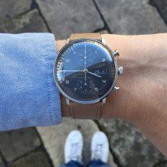 Rétro et épurée, cette montre automatique pour homme de la collection Max Bill est signée Junghans. Elle arbore un boîtier rond en acier, un cadran chrono gris anthracite, ainsi qu'un bracelet en cuir marron clair. Son style classique et intem… – fkl