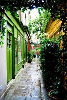 Suivre un petit itinéraire à travers les passages couverts,où flotte encore le parfum d'une autre époque. Dans un Paris sans trottoirs ni électricité, le passage dallé bordé d'échoppes – probineau