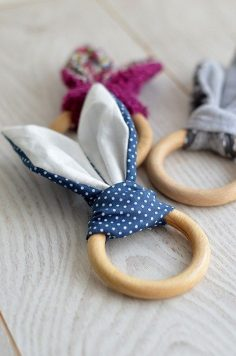 Un peu de couture aujourd'hui… Oui mais de la couture facile et rapide pour un petit cadeau idéal pour les bébés tout neufs ! Avec ce DIY, vous allez pouvoir réaliser un hochet lapin à … – tendancediycom