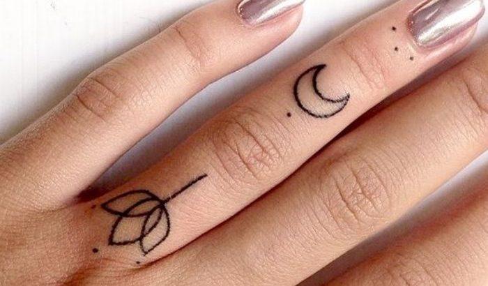 Petit Tatouage Femme Doigt Phalanges Fleur Croissant De Lune Simples Points Idee De Dessin Encre Noire Pctr Up