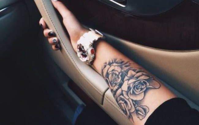 Tatouage Femme Roses Noir Et Gris Sur Bras Pctr Up