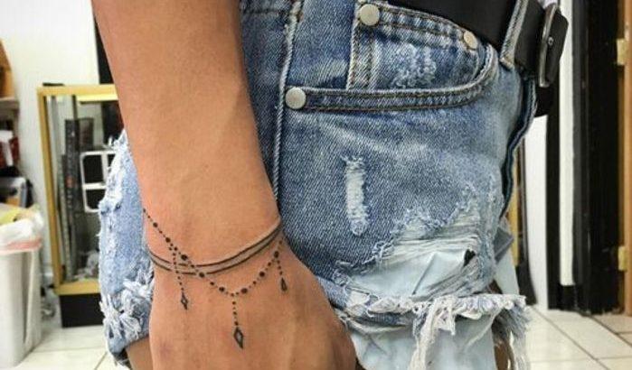 Tatouage Bracelet Deux Fils Noirs Chapelet De Petites Perles Et Pierres Pra C Cieuses Idee Tatouage Femme Pctr Up