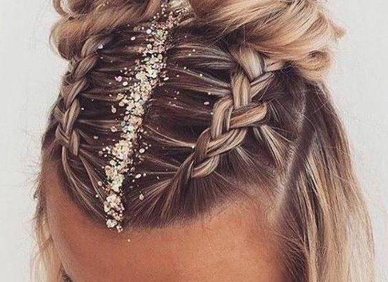 Cheveux en chignon, tresse avec des paillettes Hair style Coiffure de festival - #Avec #Cheveux ...